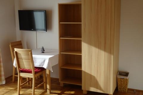 Schlafzimmer: Fernseher & Kasten